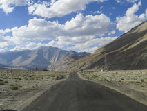 Coup long, ciel et montagnes Photo libre de droits