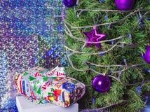 Coup pourpre de jouets sur l'arbre de Noël Photo stock