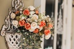 Coup rose romantique de fleur d'amour de vintage sur le mur Images libres de droits