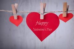 Coup rouge de papier de trois coeurs dans le fil de destin Photographie stock