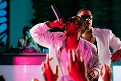 Coup sec et dur ou musiciens de Hip-Hop exécutant sur l'étape Image stock