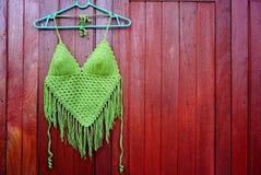 Coup vert de haut de bikini sur le fond en bois brun d'été images stock