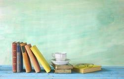 coupage de livres d'isolement au-dessus du blanc de cru de chemin photographie stock