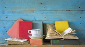 coupage de livres d'isolement au-dessus du blanc de cru de chemin Images stock