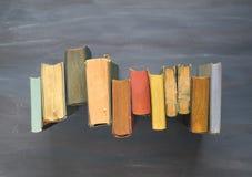 coupage de livres d'isolement au-dessus du blanc de cru de chemin Image libre de droits