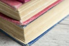 coupage de livres d'isolement au-dessus du blanc de cru de chemin Photo stock
