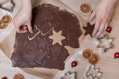 Coupant des biscuits de Noël, bonhommes en pain d'épice de cuisson, faisant le Christ photos libres de droits