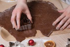 Coupant des biscuits de Noël, bonhommes en pain d'épice de cuisson, faisant le Christ images stock
