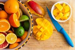 Coupant en tranches et préparant le fruit tropical sain frais image stock