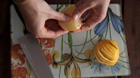Coupant le citron sur un conseil pour préparer le jus de fruit frais et aromatique clips vidéos
