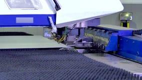 Coupe bouclée figure en métal sur la machine automatisée par le robot banque de vidéos