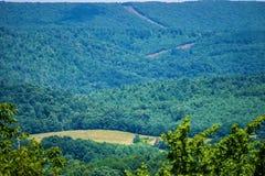 Coupe de canalisation de vallée de montagne par Ridge Mountains bleu de la Virginie, Etats-Unis Photos libres de droits
