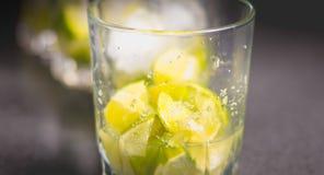 Coupe de chaux en verres avec du sucre pour faire des caipirinhas photos libres de droits