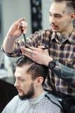 Coupe de cheveux au salon de coiffure Images libres de droits