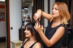 Coupe de cheveux dans le salon de beauté, soins capillaires photo libre de droits
