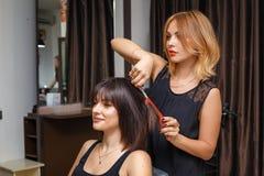 Coupe de cheveux dans le salon de beauté, soins capillaires image stock
