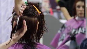 Coupe de cheveux de femmes dans le salon de coiffure banque de vidéos