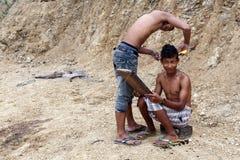 Coupe de cheveux locale dehors en Chin State, Myanmar Images libres de droits