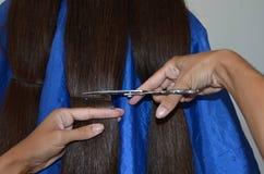 Coupe de cheveux sur les cheveux vraiment longs photo libre de droits