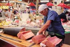 Coupe de commerçant et viande filetting d'espadons sur l'OMI-cho le marché Kanazawa Japon Photographie stock