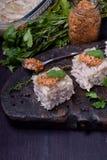 Coupe de gelée de poulet de Holodets en cubes complétés avec de la moutarde et le cilantro sur un conseil en bois foncé images libres de droits