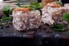Coupe de gelée de poulet de Holodets en cubes complétés avec de la moutarde et le cilantro sur un conseil en bois foncé photos stock