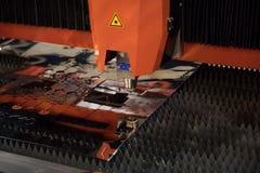Coupe de laser de commande numérique par ordinateur de métal, technologie industrielle moderne Photographie stock