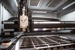 Coupe de laser de commande numérique par ordinateur de métal, technologie industrielle moderne Photographie stock libre de droits