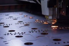 Coupe de machine de laser de tôle images stock