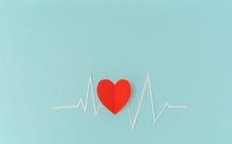 Coupe de papier de cardiogramme de rythme de coeur pour le jour de valentines Photographie stock libre de droits