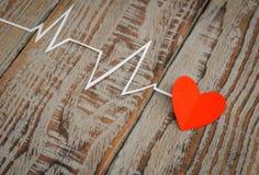 Coupe de papier de cardiogramme de rythme de coeur pour le jour de valentines Photo libre de droits