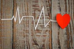Coupe de papier de cardiogramme de rythme de coeur pour le jour de valentines Images stock