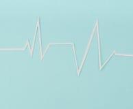 Coupe de papier de cardiogramme de rythme de coeur pour le jour de valentines Photographie stock