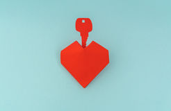 Coupe de papier de clé pour le coeur comme symbole de l'amour Photos libres de droits