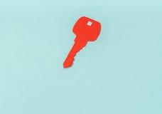 Coupe de papier de clé pour le coeur comme symbole de l'amour Photos stock