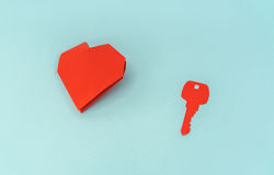 Coupe de papier de clé pour le coeur comme symbole de l'amour Photographie stock libre de droits