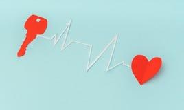 Coupe de papier de clé pour le coeur comme symbole de l'amour Images stock