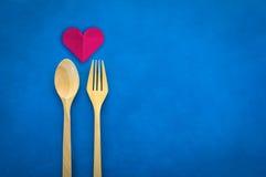 Coupe de papier de coeur de plan rapproché de vue supérieure belle de l'amour avec la fourchette et la cuillère en bois Image libre de droits