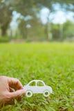 Coupe de papier de voiture sur le fond d'herbe verte Photographie stock libre de droits