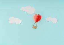 Coupe de papier des ballons à air chauds de coeur pour le celebrat de Saint-Valentin Images stock