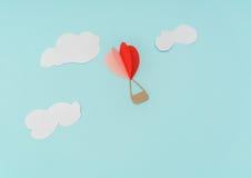 Coupe de papier des ballons à air chauds de coeur pour le celebrat de Saint-Valentin Photos stock