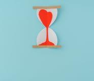 Coupe de papier des coeurs dans l'horloge de sable Photographie stock