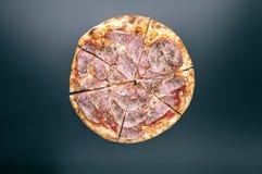 Coupe de pizza délicieuse de tranches avec du jambon et le fromage Vue supérieure photographie stock libre de droits