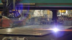 Coupe de plasma de métal, coupure du métal par le laser dans la production, plan rapproché, industrie, électrode banque de vidéos