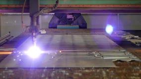 Coupe de plasma de métal sur une machine moderne de laser, plan rapproché, production de la coupe en métal de plasma, industriell clips vidéos