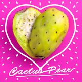 Coupe de poire de cactus dans la moitié et disposée pour ressembler à une forme de coeur Image libre de droits