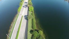 Coupe de route par des lacs banque de vidéos