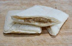 Coupe de sandwich à thon sur le bloc de côtelette Photo stock
