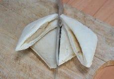 Coupe de sandwich à thon sur le bloc de côtelette Image libre de droits