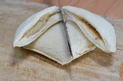Coupe de sandwich à thon sur le bloc en bois de côtelette Image stock